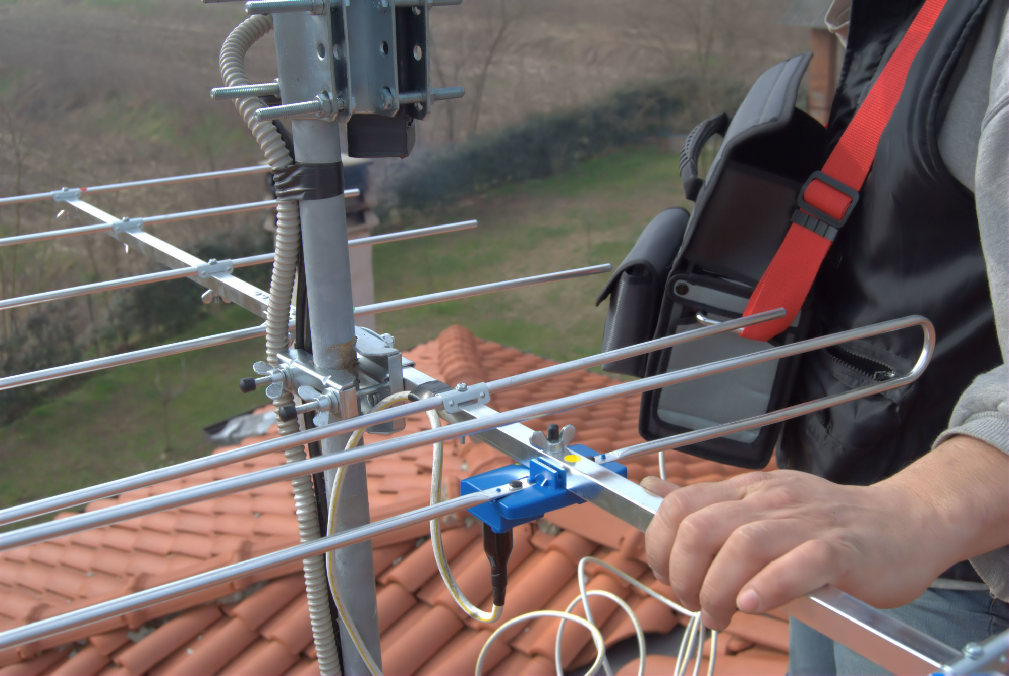 professional TV antenna installer